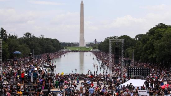 Tausende versammeln sich zu Marsch gegen Polizeigewalt