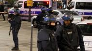 Beamte sichern die Umgebung des Pariser Reisebüros, in dem ein Bewaffneter sieben Geiseln hält.