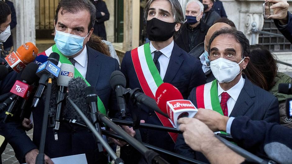Wollen die Posse um den Gesundheitskommissar beenden: Die kalabrischen Bürgermeister Mario Occhiuto (v.l.n.r.), Giuseppe Falcomata und Sergio Abramo.