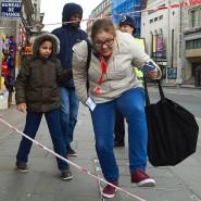 In London suchen Passanten den Weg zurück in den Alltag.