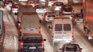 Züge stehen still - Autobahnen blockiert