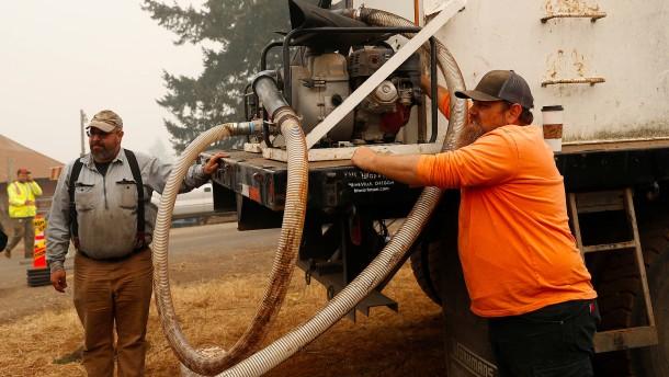 Freiwillige retten Dorf in Oregon vor Flammen