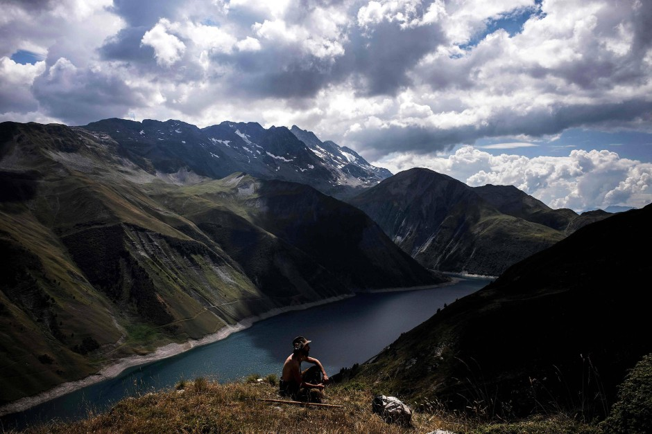 Hügel mit Aussicht: In der Nähe des Grand-Maison-Sees wacht Meme über seine Schafe.
