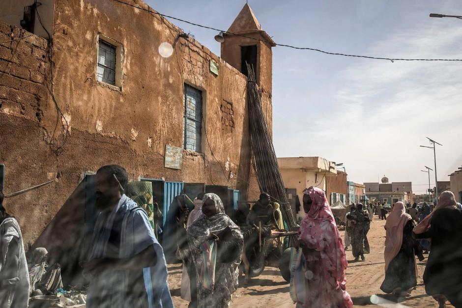 Mehrere Menschen spazieren über den Markt in Tidjikja, dem Nachbarort von Tichitt.