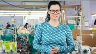 """Sina Trinkwalder im """"Bienenstock"""" ihres ökosozialen Textilunternehmens Manomama"""