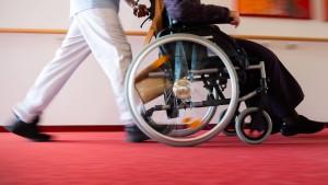 Tarifverträge in der Altenpflege sorgen für Streit in der Koalition