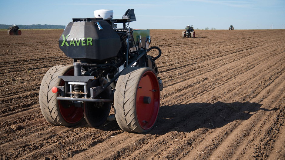 Agrarroboter Xaver von Fendt: Die Maschine dreht auf dem Feld eigenständig seine Kreise und verteilt Saatgut.