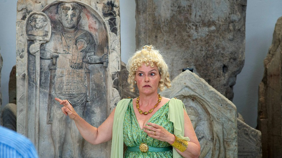 Weltgeschichte live: Aurelia alias Judith König bei einer Führung durch die Steinhalle des Landesmuseums Mainz.