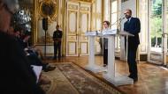 Präsentation in prunkvoller Umgebung: Arbeitsministerin Muriel Pénicaud und Premierminister Edouard Philippe legen ihren Gesetzesvorschlag vor.