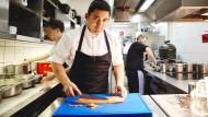 """Virtuose am Herd: Tohru Nakamura in seinem Münchner Restaurant """"Werneckhof""""."""