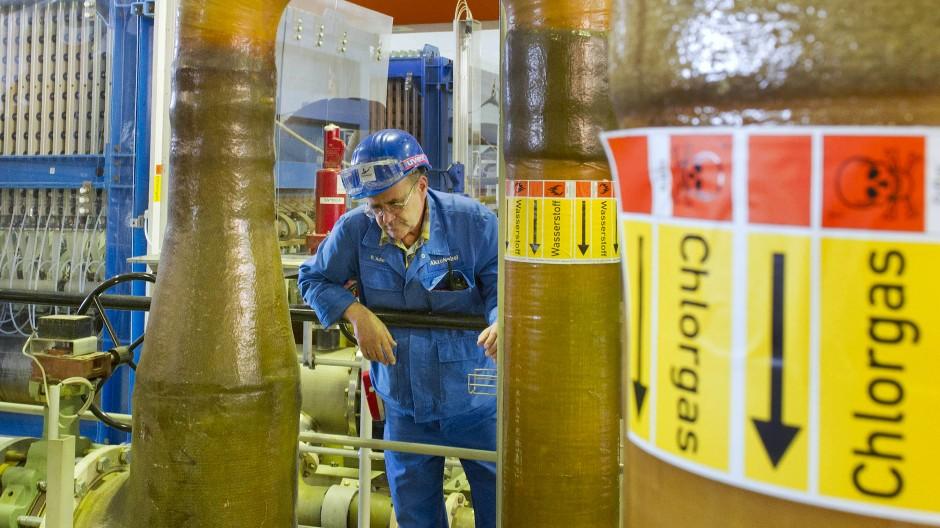 Achtung, Gefahr: Mit Chlorgas darf nur unter besonderen Sicherheitsvorkehrungen gearbeitet werden.