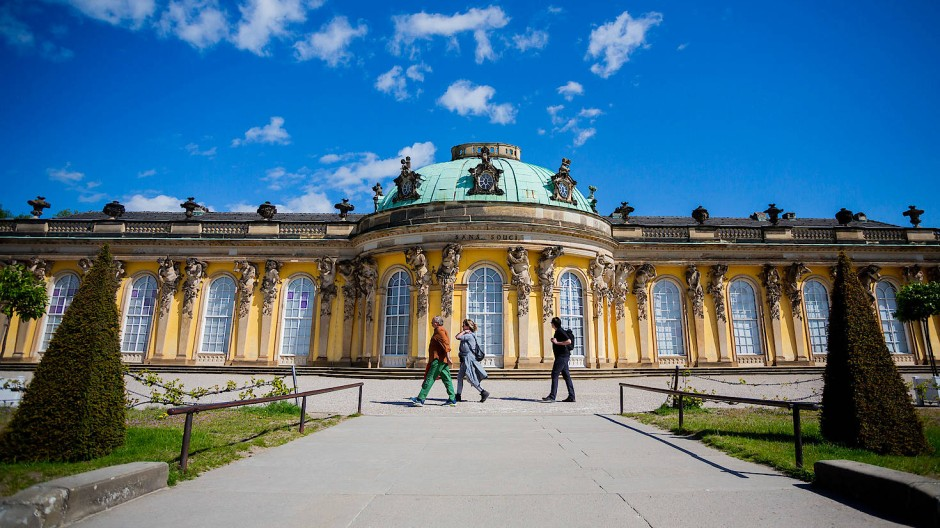 Besucherinnen vor dem Schloss Sanssouci in Potsdam