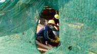 Arbeiter tragen Schutzmasken gegen das Coronavirus