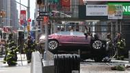 Feuerwehrleute am Unfallort am New Yorker Times Square