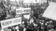 Frauenrechtlerinnen demonstrieren in London. Erst 1928 wurde das Frauenwahlrecht in Großbritannien vollumfänglich eingeführt. Aufnahme um 1910.