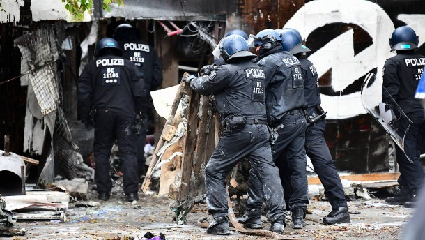 Polizei stürmt linkes Wohnprojekt Köpi