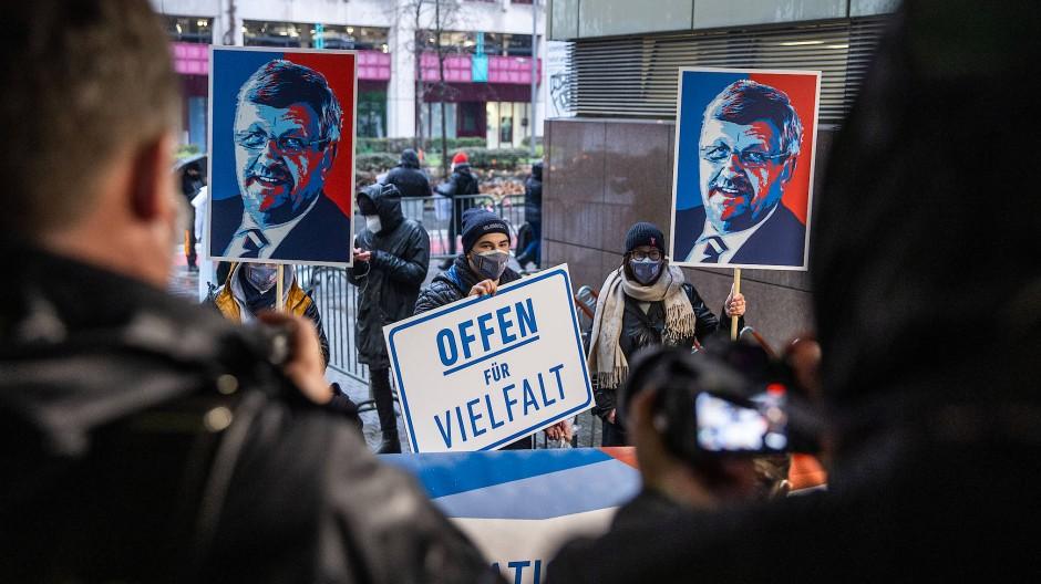 Demonstranten protestieren mit Lübckes Bildnis vor dem Oberlandesgericht gegen rechtsextreme Gewalt.