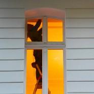 Ein Mann arbeitet auf einer Leiter in einer Berliner Wohnung.