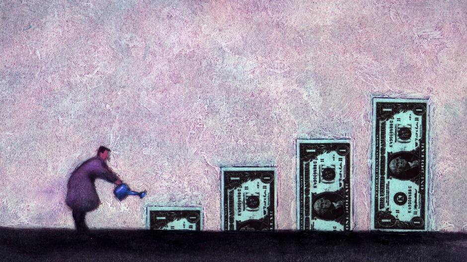 Ein Mann gießt Dollarscheine.