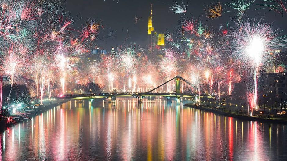 Das neue Jahr 2020 wurde am Main mit Feuerwerk vor der Skyline begrüßt.