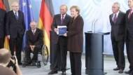 Kritik der fünf Weisen lässt Merkel kalt