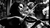 Das Foto der Bratschistin Tabea Zimmermann erschien erstmals im Dezember 2001 in dieser Zeitung.