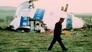 An der Unglücksstelle: Ein Polizist am Wrack des Pan-Am-Flugzeugs bei der schottischen Kleinstadt Lockerbie.