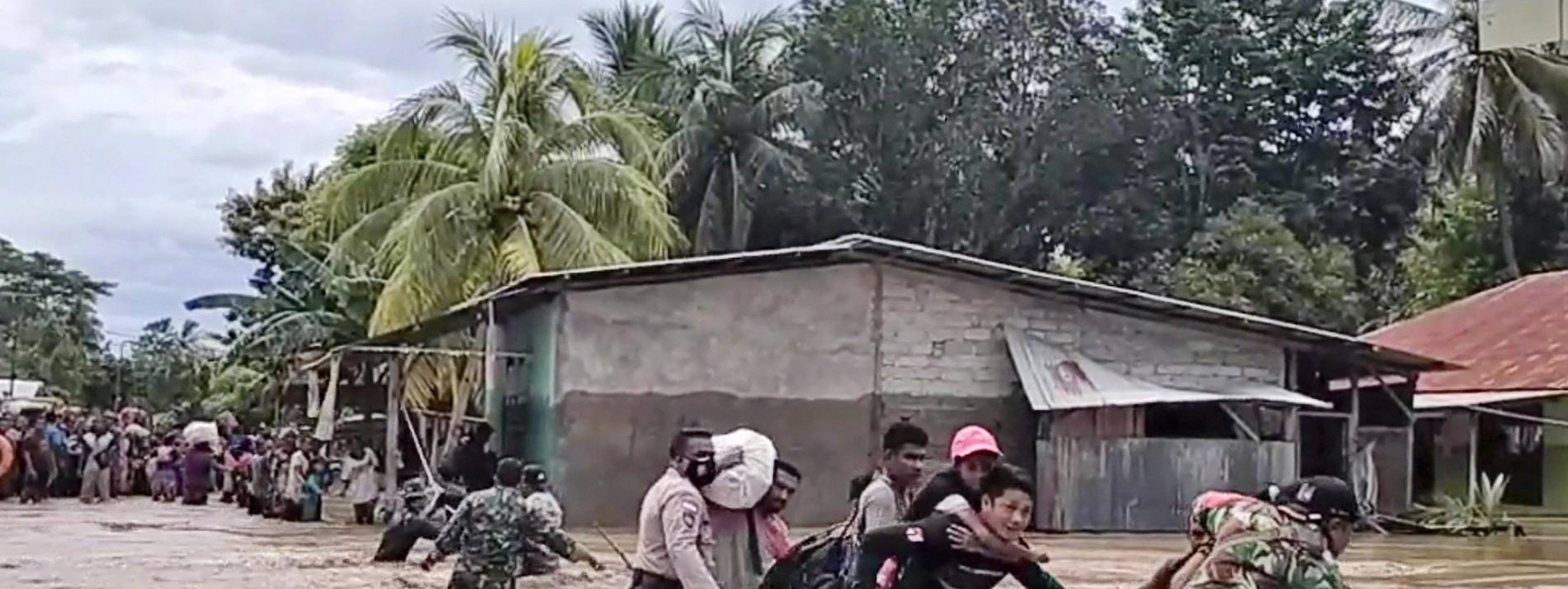 Mehr als 100 Tote bei Naturkatastrophen in Indonesien