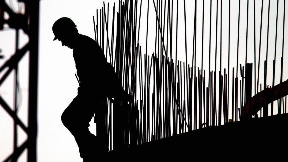 Teurer Schaden durch Schwarzarbeit: Polizei und Zoll in Hessen haben mehrere Verdächtige festgenommen (Symbolbild).