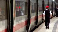 Dürfen sich Bahnmitarbeiter während der Arbeit politisch äußern?