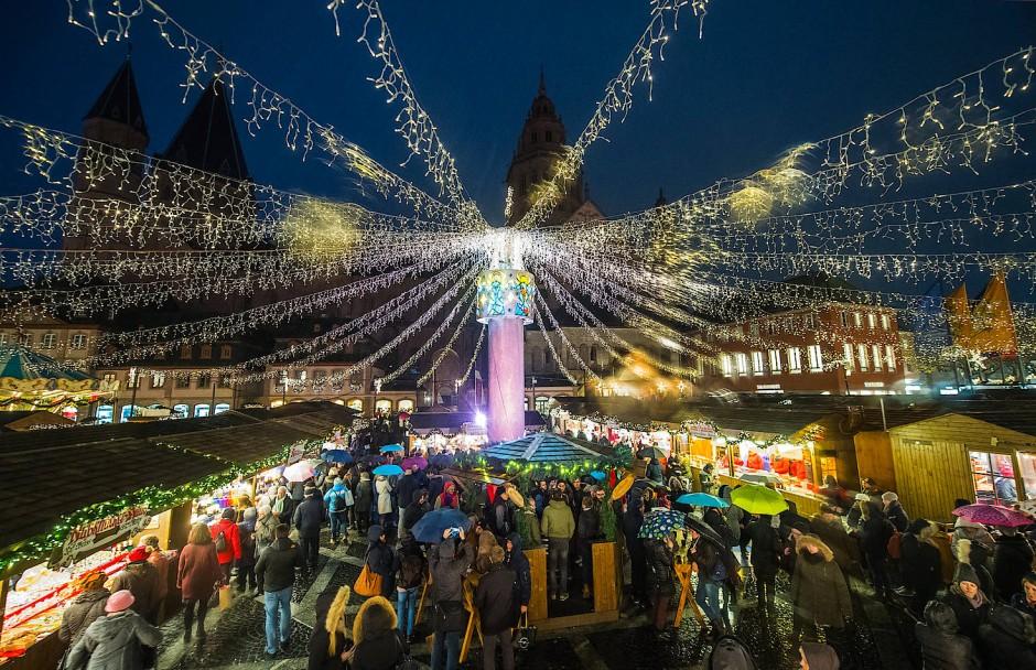Strahlende Beleuchtung am Dom: Der Mainzer-Weihnachtsmarkt bietet Glühwein vor wunderschöner Kulisse.