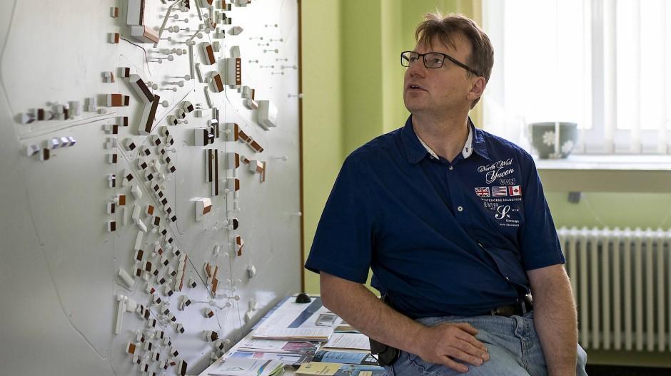 Der ehrenamtliche Buergermeister von Löcknitz, Detlef Ebert, vor einem Modell der Gemeinde