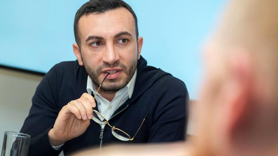 """Planungsdezernent Mike Josef (SPD) während des Gesprächs im Planungsdezernat im Januar. Er hatte das Istek Anfang Juni als """"Leitpapier"""" vorgestellt."""
