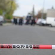 Absperrband am Tatort: In Hattersheim wurden drei Männerleichen gefunden.