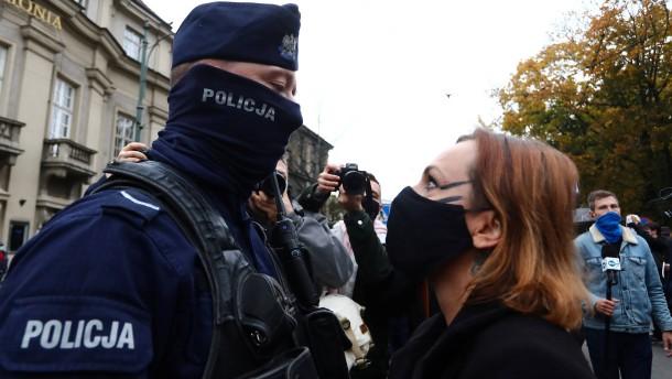 Polizei geht hart gegen Demonstranten vor
