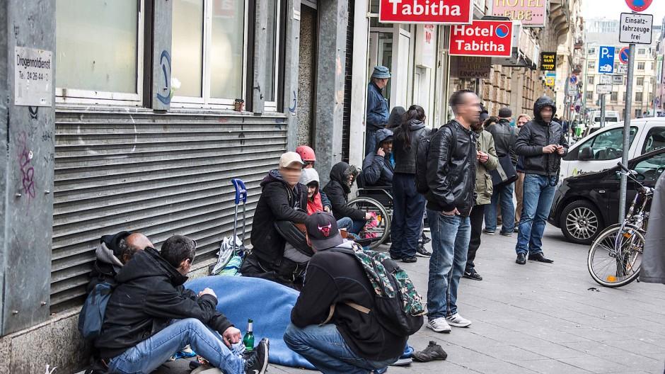 Warten auf den nächsten Schuss: Derzeit ist es auf den Straßen des Bahnhofsviertels zwar ruhiger als üblich – doch vor den Konsumräumen kommen noch immer viele Süchtige zusammen.