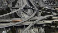 Weite Schwünge, hoher Durchfluss: Der Judge Harry Pregerson Interchange verknüpft zwei stark frequentierte Freeways.