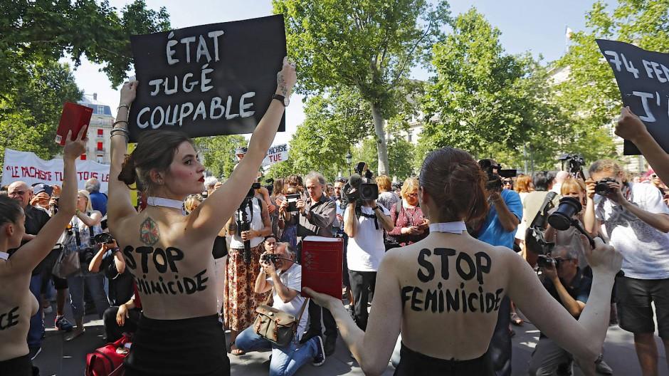 """""""Stoppt Femizide"""": Femen-Aktivistinnen demonstrieren in Paris, Juli 2019"""