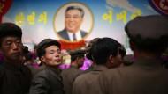 Nordkoreanische Soldaten besuchen ein Blumenfest zu Ehren des Staatsgründers Kim Il-sung. Bei solchen Gelegenheiten ist Fotografieren meist erlaubt, weil sich das Land hier von seiner besten Seite zu zeigen glaubt.