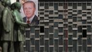Weiß er, dass er selbst den stärksten Trumpf nur einmal ausspielen kann? Der türkische Präsident Erdogan