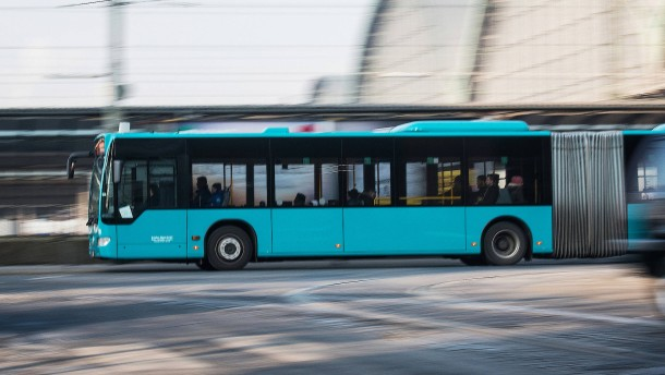 Linienbus stößt mit Pkw zusammen