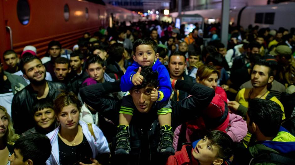 Flüchtlinge warten im September 2015 auf dem Hauptbahnhof in München.