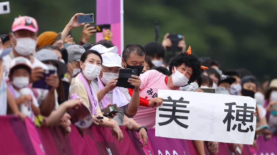 Auch beim olympischen Mountainbike-Rennen der Frauen strömten Zuschauer an die Strecke.