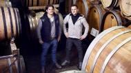 Viel gewagt, aber auch gewonnen: Die Brüder Steffen (links) und Andreas Rings in ihrem Weinkeller (Archiv).