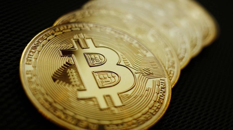 Symbolische Münzen mit dem Markenzeichen der Digitalwährung Bitcoin