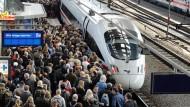 Reisende steigen auf Bahn und Mietautos um