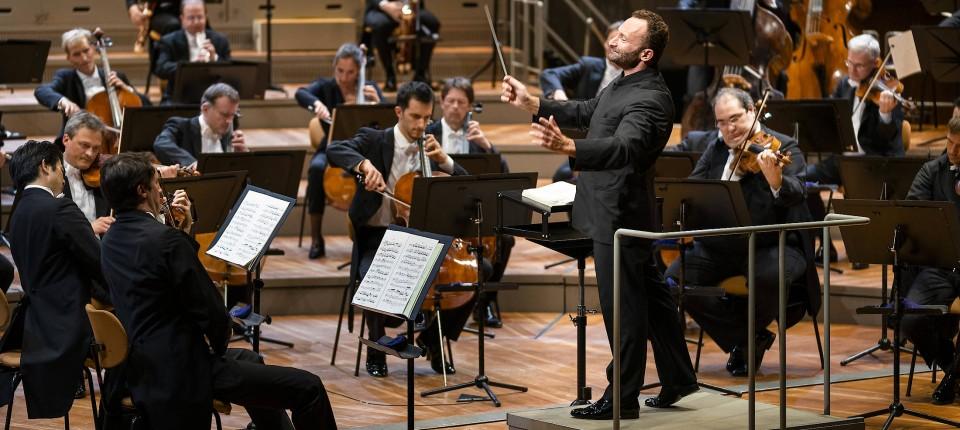 Ausgedünnte Reihen bei den Berliner Philharmonikern. Kirill Petrenko dirigiert.
