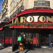 """Passanten begutachten die Schäden am Pariser """"La Rotonde"""": Das Taditionsrestaurant empfing schon zahlreiche berühmte Gäste, von F. Scott Fitzgerald bis zu Frankreichs Präsident Emmanuel Macron."""