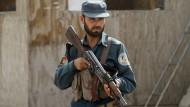 Ein afghanischer Polizist an einem Checkpoint