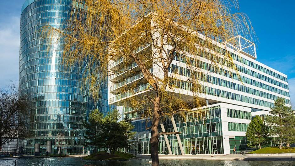 Sommer in der Stadt: Hier ragen Häuser und Bäume in die Höhe in einem neuartigen Viertel. In Wien soll das Viertel Zwei eine moderne Wohn- und Bürogegend werden.